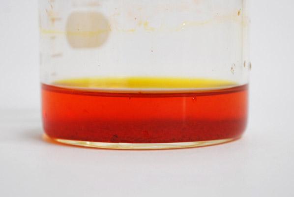 油に溶け込んだ油溶性の天然色素